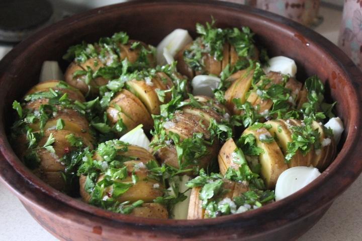 Фото рецепта - Картофель-гармошка с чесноком и зеленью – хрустящий и вкусный гарнир - шаг 6