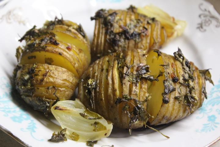 Фото рецепта - Картофель-гармошка с чесноком и зеленью – хрустящий и вкусный гарнир - шаг 7