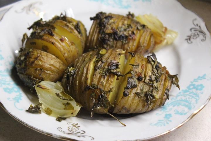 Фото рецепта - Картофель-гармошка с чесноком и зеленью – хрустящий и вкусный гарнир - шаг 8