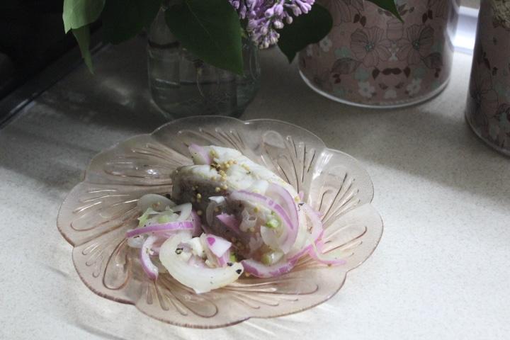 Фото рецепта - Маринованный морской окунь с луком и пряностями в малосольном маринаде - шаг 4