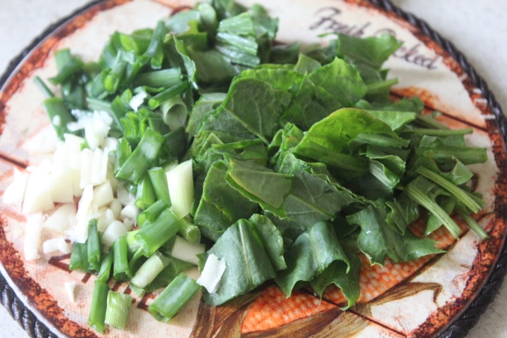 Фото рецепта - Томатный суп с курицей и щавелем - шаг 5