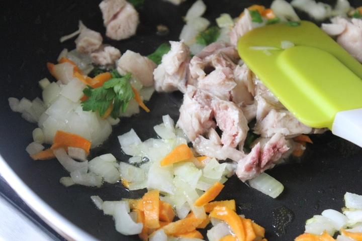 Фото рецепта - Рис с овощами и курицей в духовке (в горшочке) - шаг 4