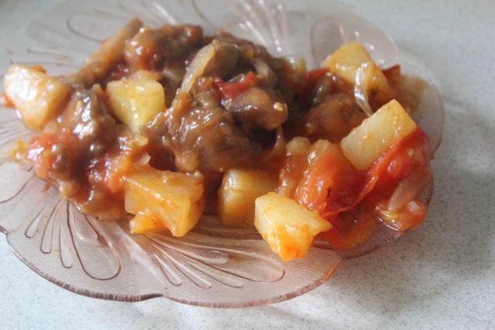 Курица в кисло-сладком соусе с ананасами и овощами