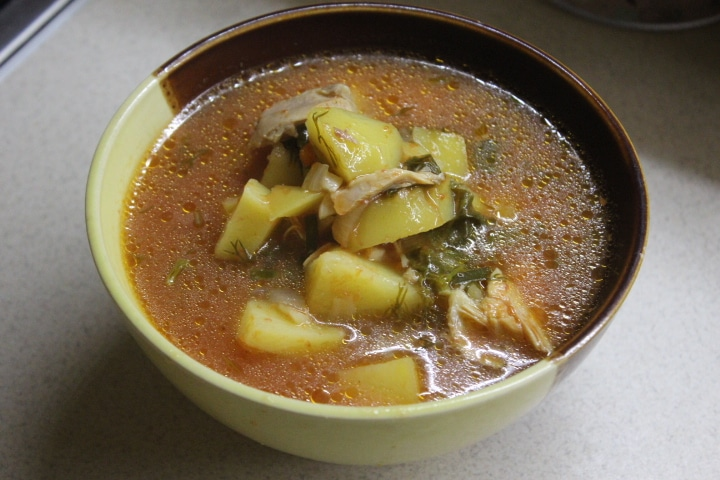 Томатный суп с курицей и щавелем
