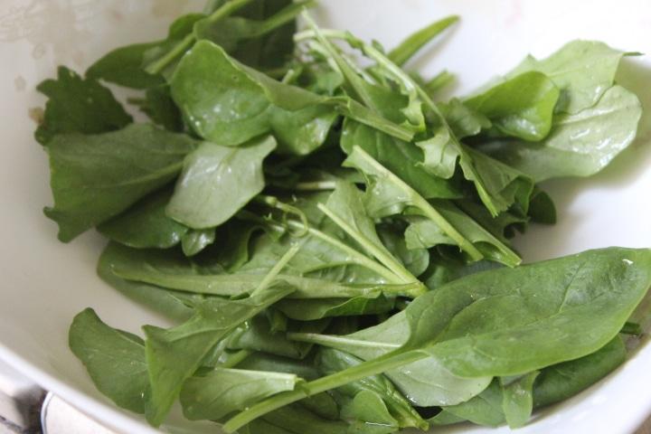 Фото рецепта - Зеленый салат с редисом и рукколой - шаг 2