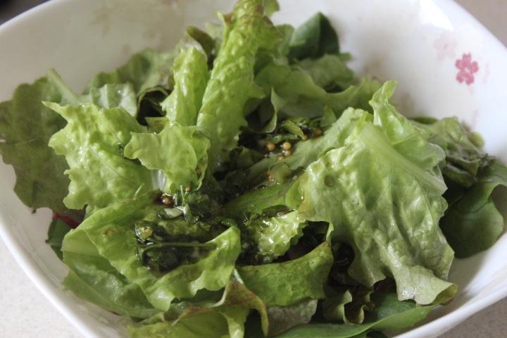 Фото рецепта - Зеленый салат с редисом и рукколой - шаг 5