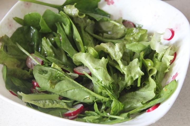 Фото рецепта - Зеленый салат с редисом и рукколой - шаг 6