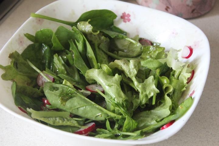 Фото рецепта - Зеленый салат с редисом и рукколой - шаг 7