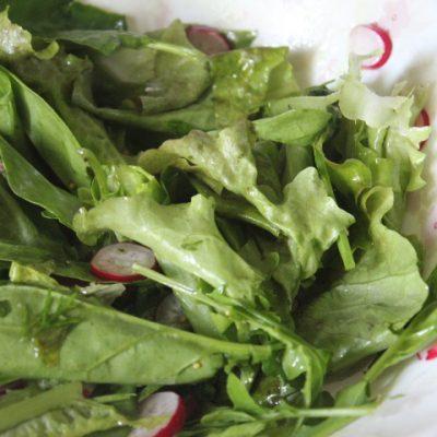 Зеленый салат с редисом и рукколой - рецепт с фото