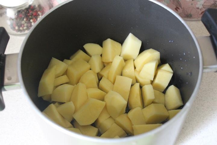 Фото рецепта - Нежный сливочный суп с кускусом и грудкой - шаг 1