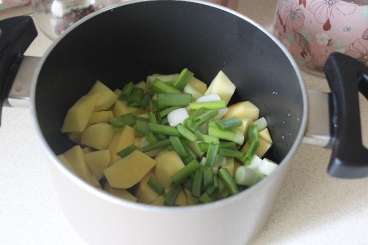 Фото рецепта - Нежный сливочный суп с кускусом и грудкой - шаг 2