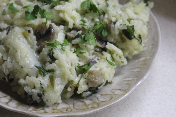 Фото рецепта - Рис с курицей, шпинатом и грибами - шаг 7