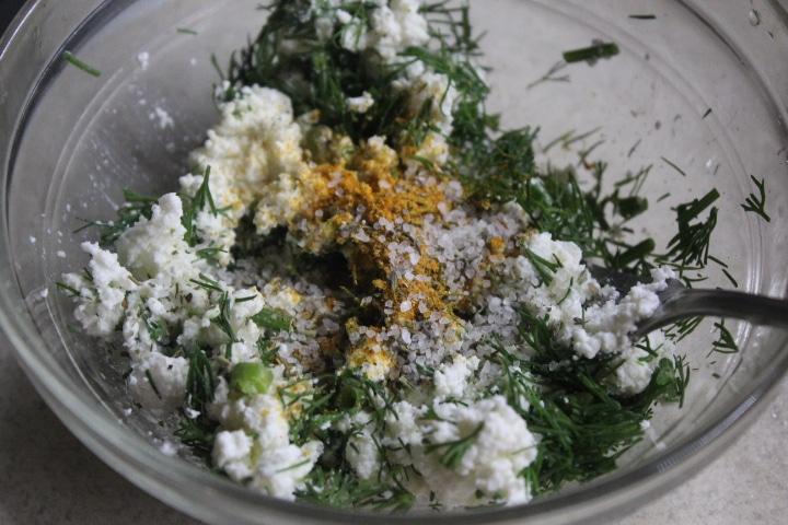 Фото рецепта - Картофель с творогом и зеленью в духовке - шаг 2