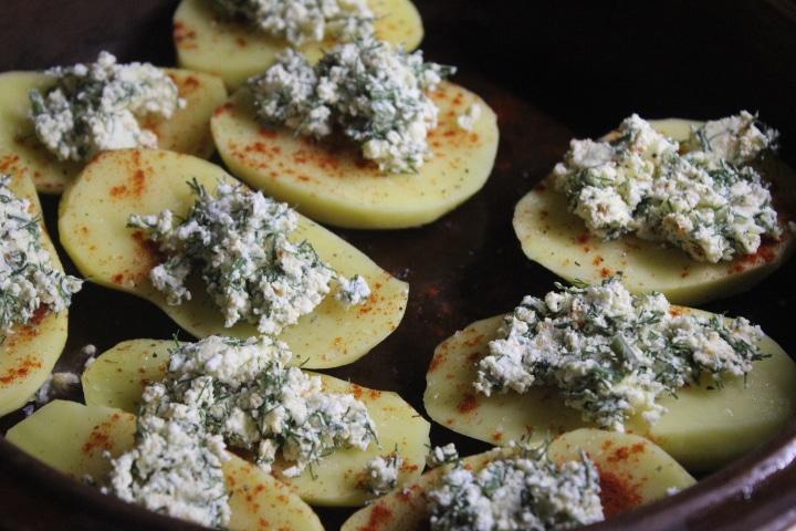 Фото рецепта - Картофель с творогом и зеленью в духовке - шаг 4