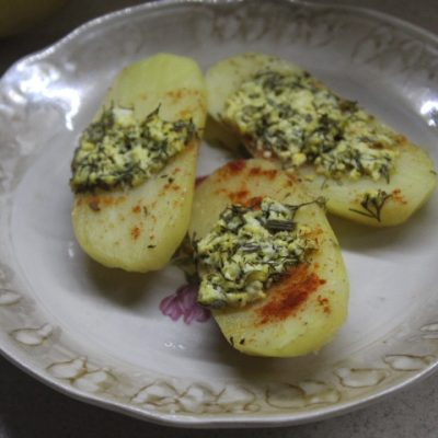 Картофель с творогом и зеленью в духовке - рецепт с фото