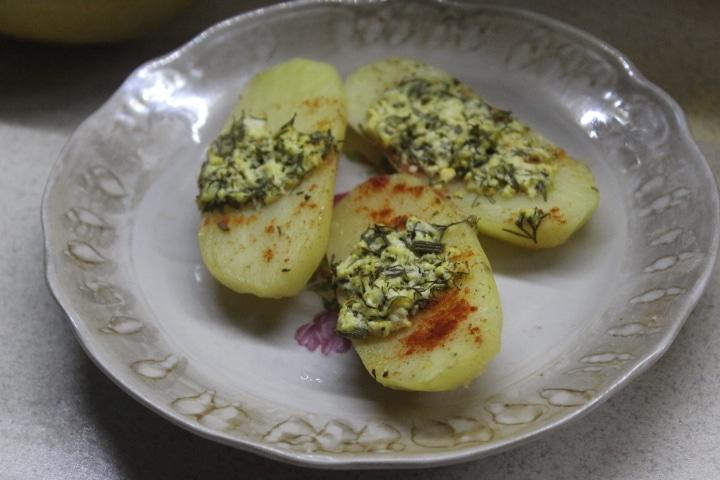 Картофель с творогом и зеленью в духовке