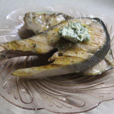 Стейк горбуши на гриле с лимонно-укропным маслом - рецепт с фото