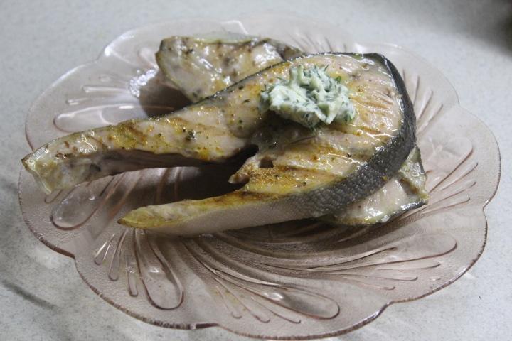 Стейк горбуши на гриле с лимонно-укропным маслом