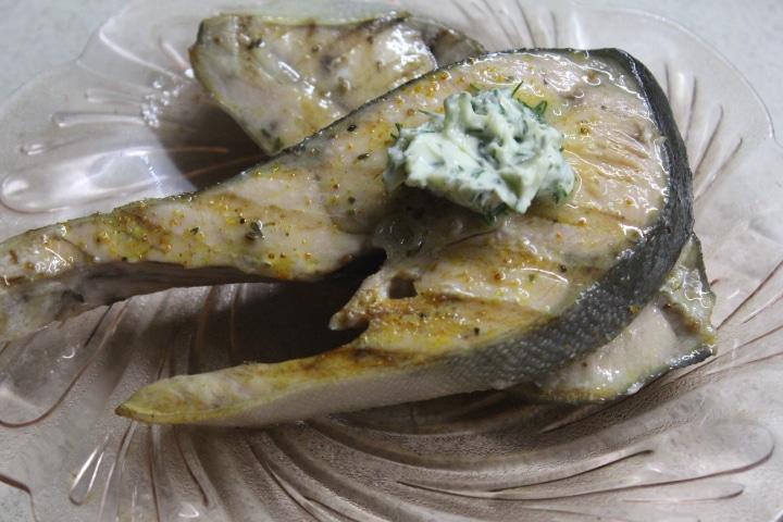 Фото рецепта - Стейк горбуши на гриле с лимонно-укропным маслом - шаг 6