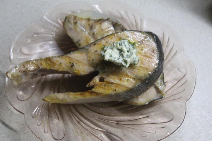 Фото рецепта - Стейк горбуши на гриле с лимонно-укропным маслом - шаг 5