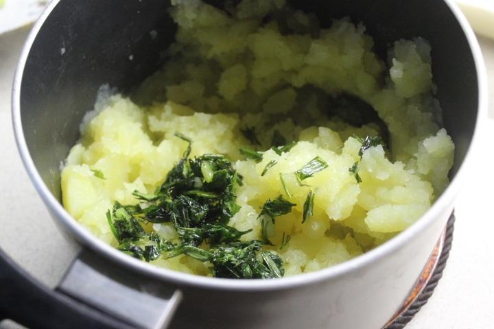 Фото рецепта - Картофельное пюре со шпинатом и зеленым луком - шаг 4