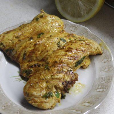 Куриная грудка на гриле в лимонном маринаде - рецепт с фото