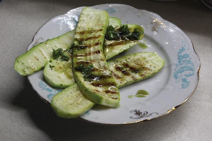 Кабачки-гриль с зеленым соусом