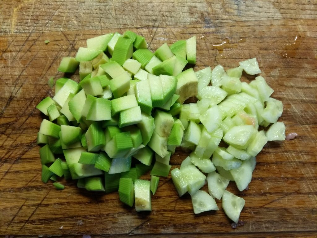 Фото рецепта - Салат-коктейль из слабосолёного лосося, бри, авокадо и яблок - шаг 3