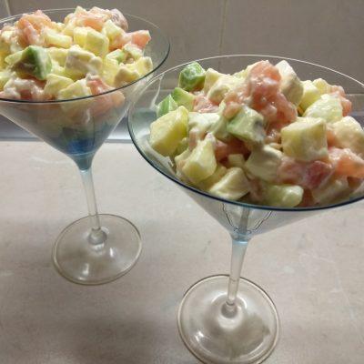 Фото рецепта - Салат-коктейль из слабосолёного лосося, бри, авокадо и яблок - шаг 4