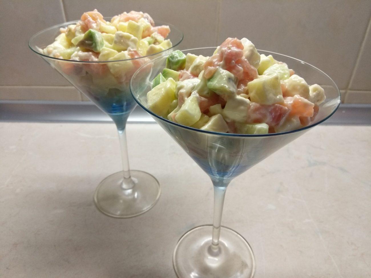 Салат-коктейль из слабосолёного лосося, бри, авокадо и яблок
