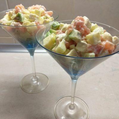 Салат-коктейль из слабосолёного лосося, бри, авокадо и яблок - рецепт с фото