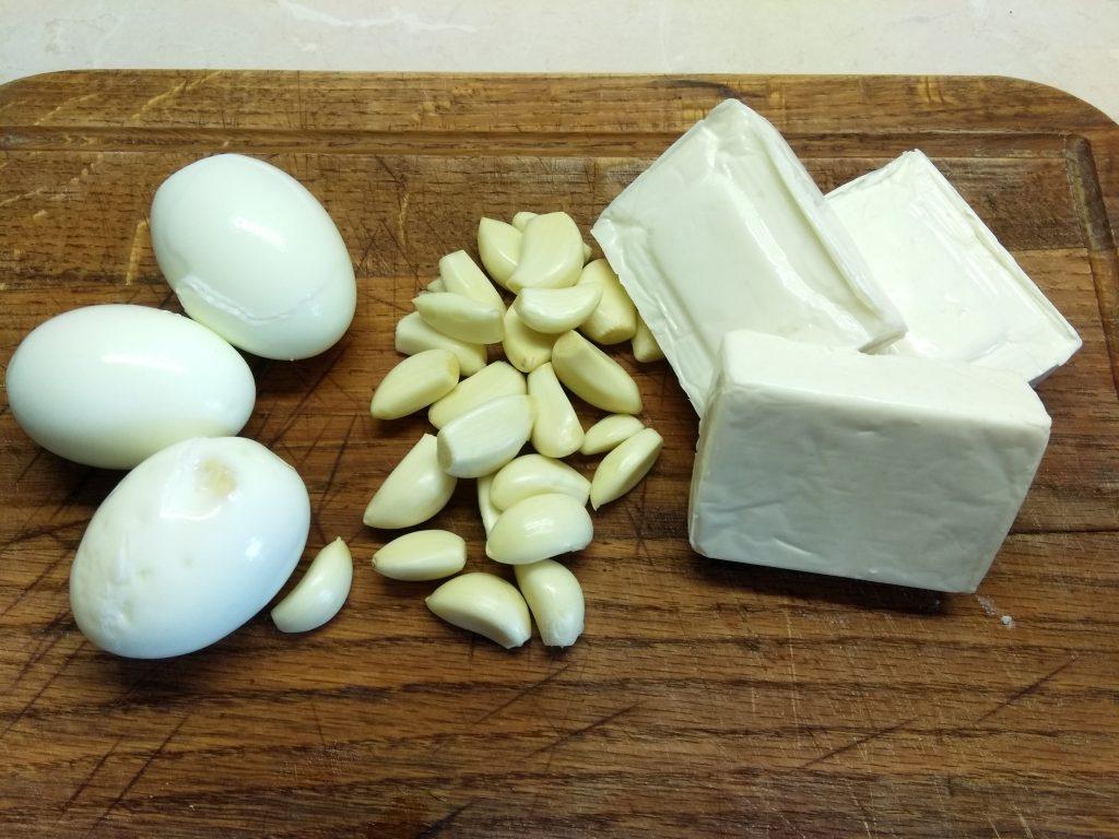 Фото рецепта - Закусочный салат из плавленых сырков с яйцом - шаг 1