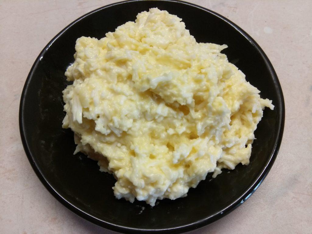 Фото рецепта - Закусочный салат из плавленых сырков с яйцом - шаг 5