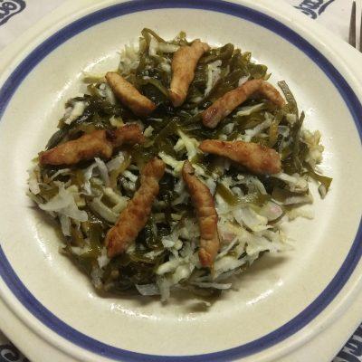 Фото рецепта - Салат из морской капусты, сельдерея, редиса и свинины - шаг 5