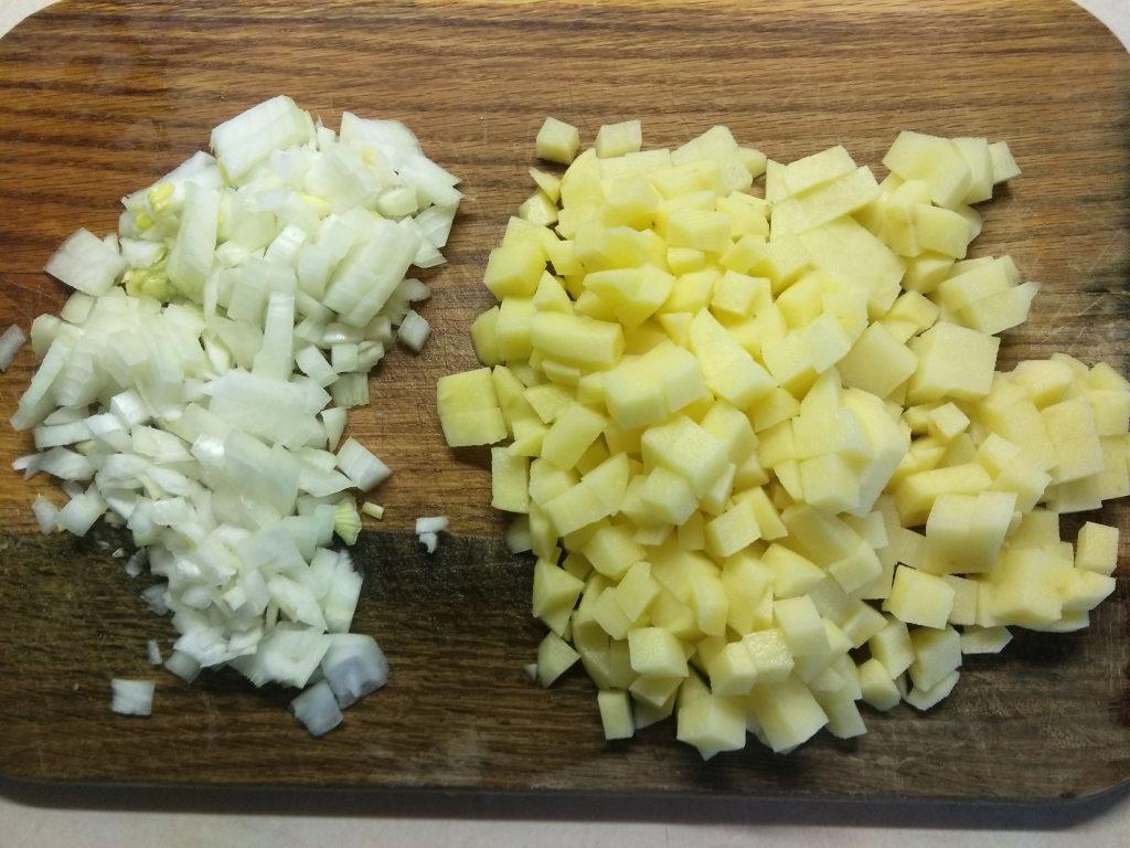 Фото рецепта - Томатный суп с солеными огурцами и гречкой - шаг 1