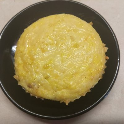 Мини-омлеты с охотничьими колбасками - рецепт с фото