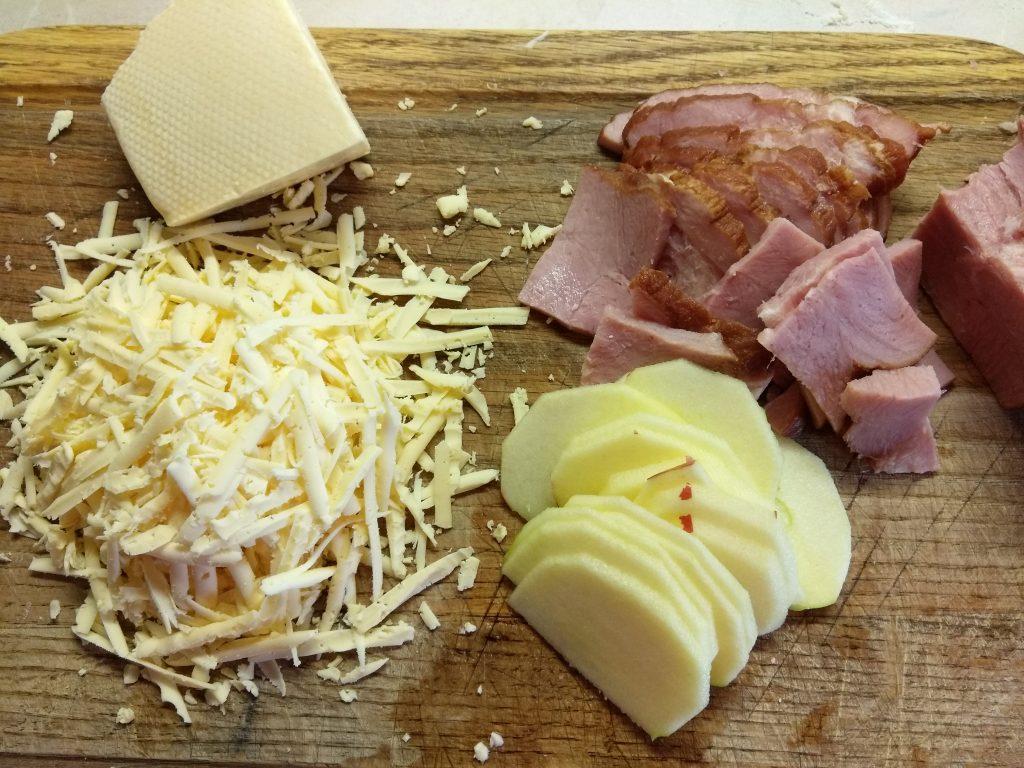 Фото рецепта - Пицца дрожжевая со свиным балыком и яблоком - шаг 3