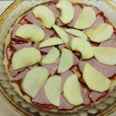 Фото рецепта - Пицца дрожжевая со свиным балыком и яблоком - шаг 4