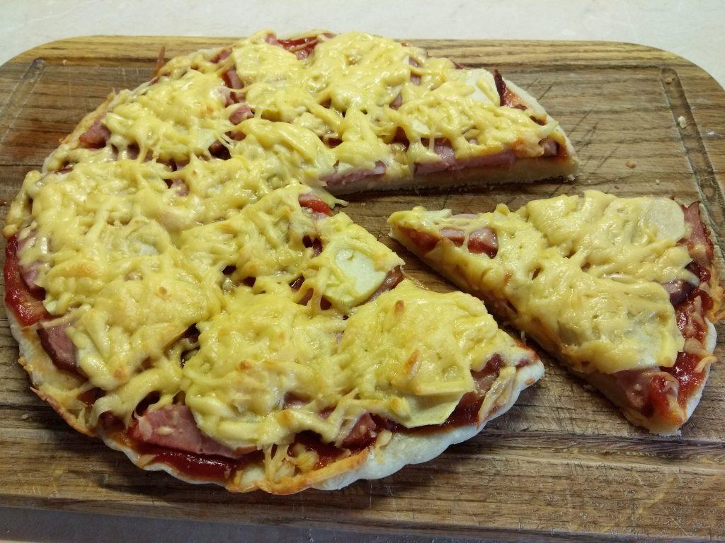 Фото рецепта - Пицца дрожжевая со свиным балыком и яблоком - шаг 5