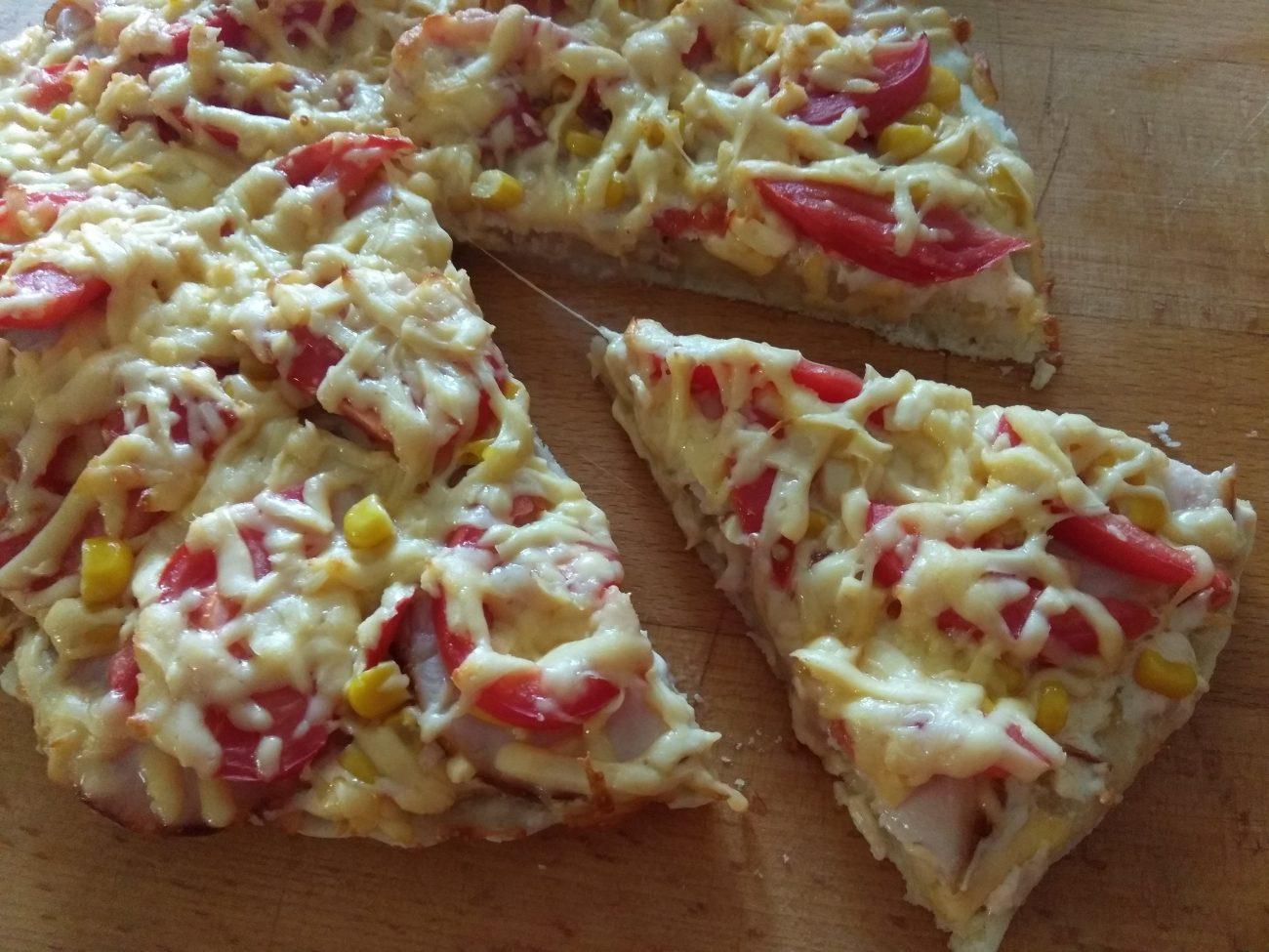 Пицца дрожжевая с куриным рулетом, кукурузой и помидорами