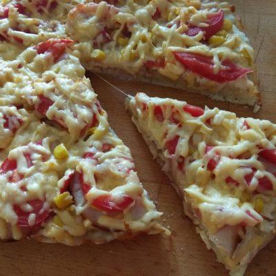 Пицца дрожжевая с куриным рулетом, кукурузой и помидорами - рецепт с фото