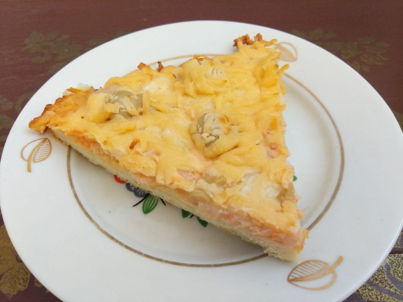 Дрожжевая пицца с индюшиной пастромой, шампиньонами и пармезаном