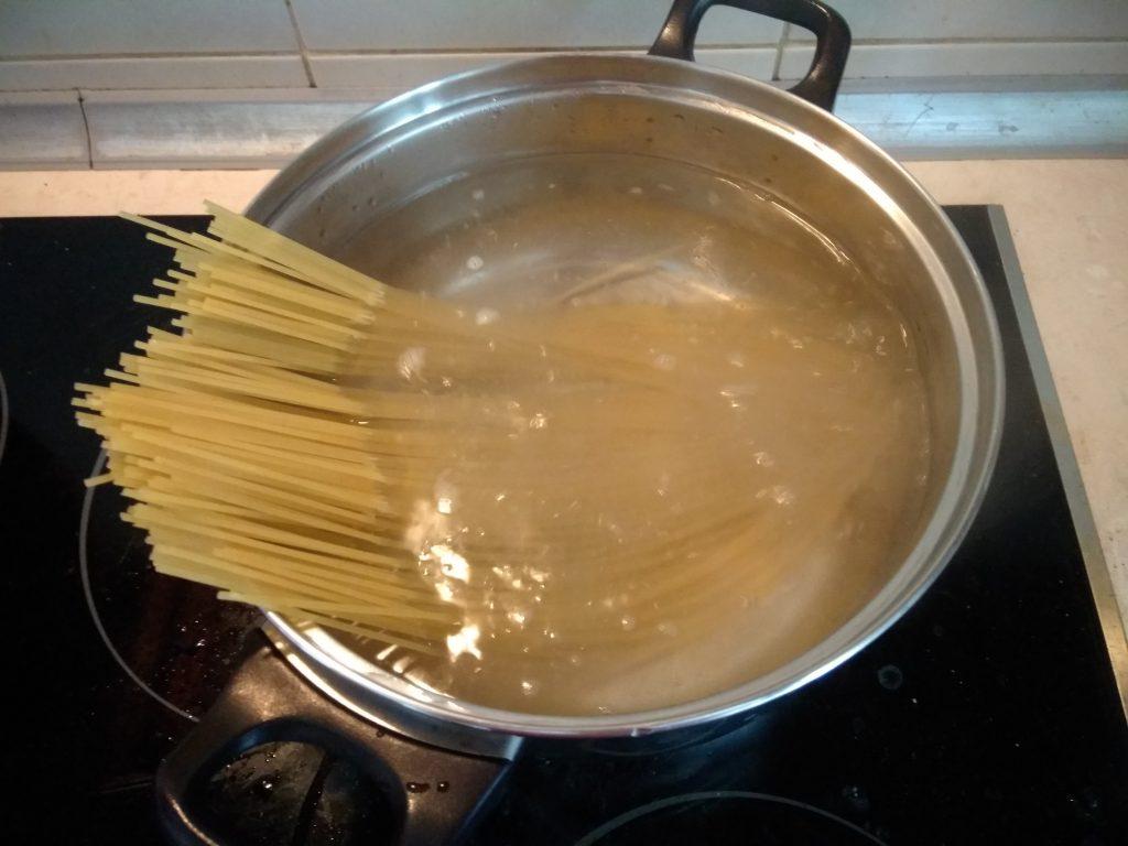 Фото рецепта - Паста с лососем и Горгонзоллой - шаг 1