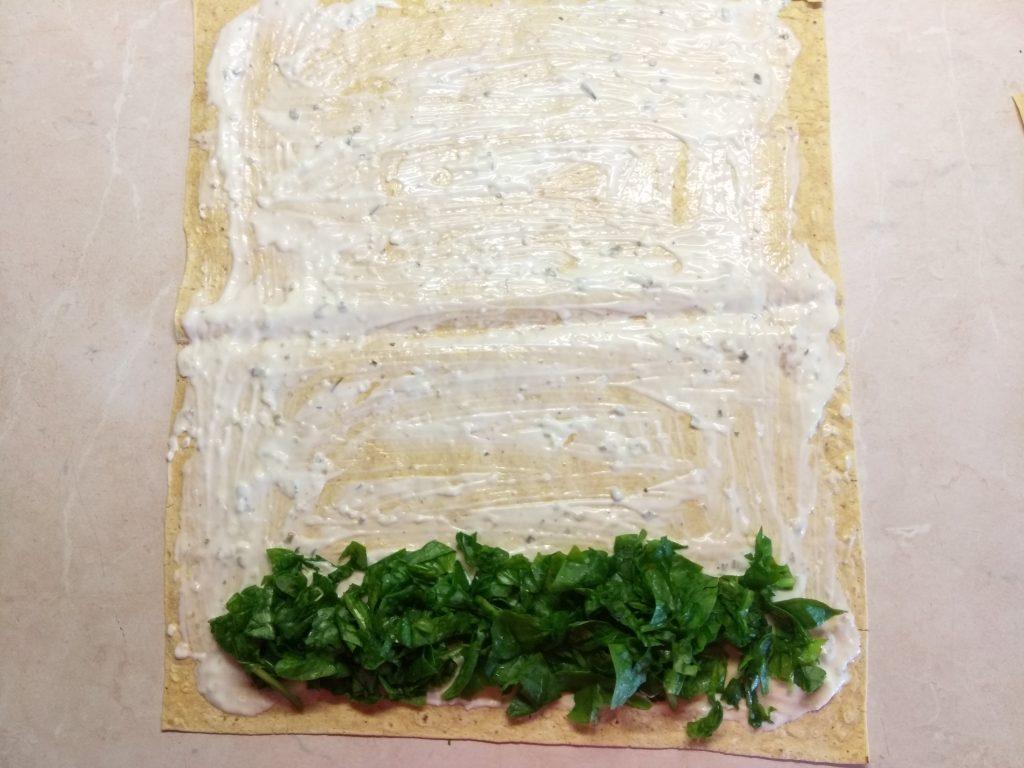 Фото рецепта - Шаурма с шпинатом, лососем и сыром асьяго - шаг 2