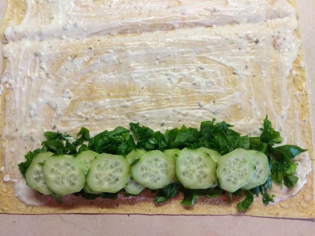 Фото рецепта - Шаурма с шпинатом, лососем и сыром асьяго - шаг 3