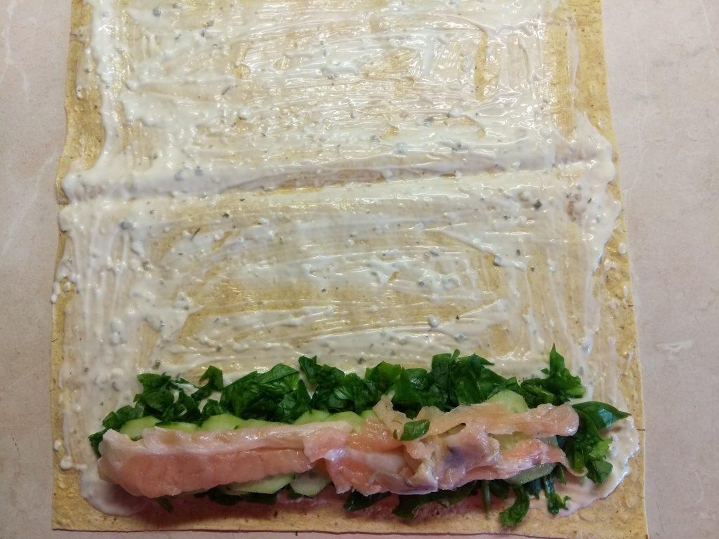 Фото рецепта - Шаурма с шпинатом, лососем и сыром асьяго - шаг 4