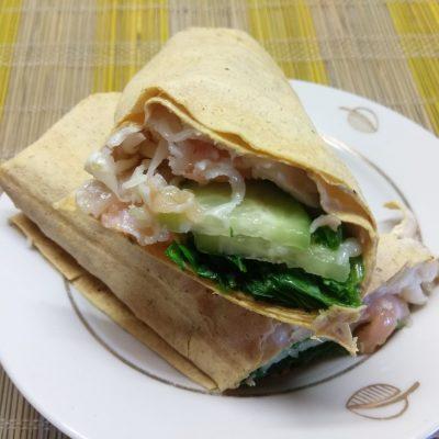 Фото рецепта - Шаурма с шпинатом, лососем и сыром асьяго - шаг 6