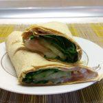 Шаурма с шпинатом, лососем и сыром асьяго