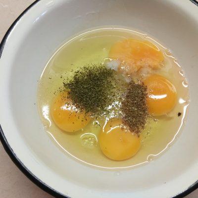 Фото рецепта - Омлет с куриным балыком под сырной шапкой - шаг 2