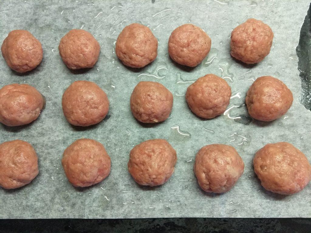 Фото рецепта - Свиные тефтели, фаршированные сыром - шаг 5